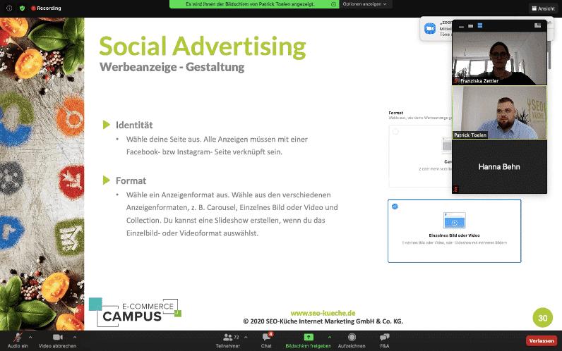 Patrick und Franzi informieren in ihrer Präsentation über Werbeanzeigen-Gestaltung