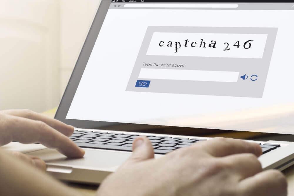 Captcha-Schriftzug auf einem Notebook Screen