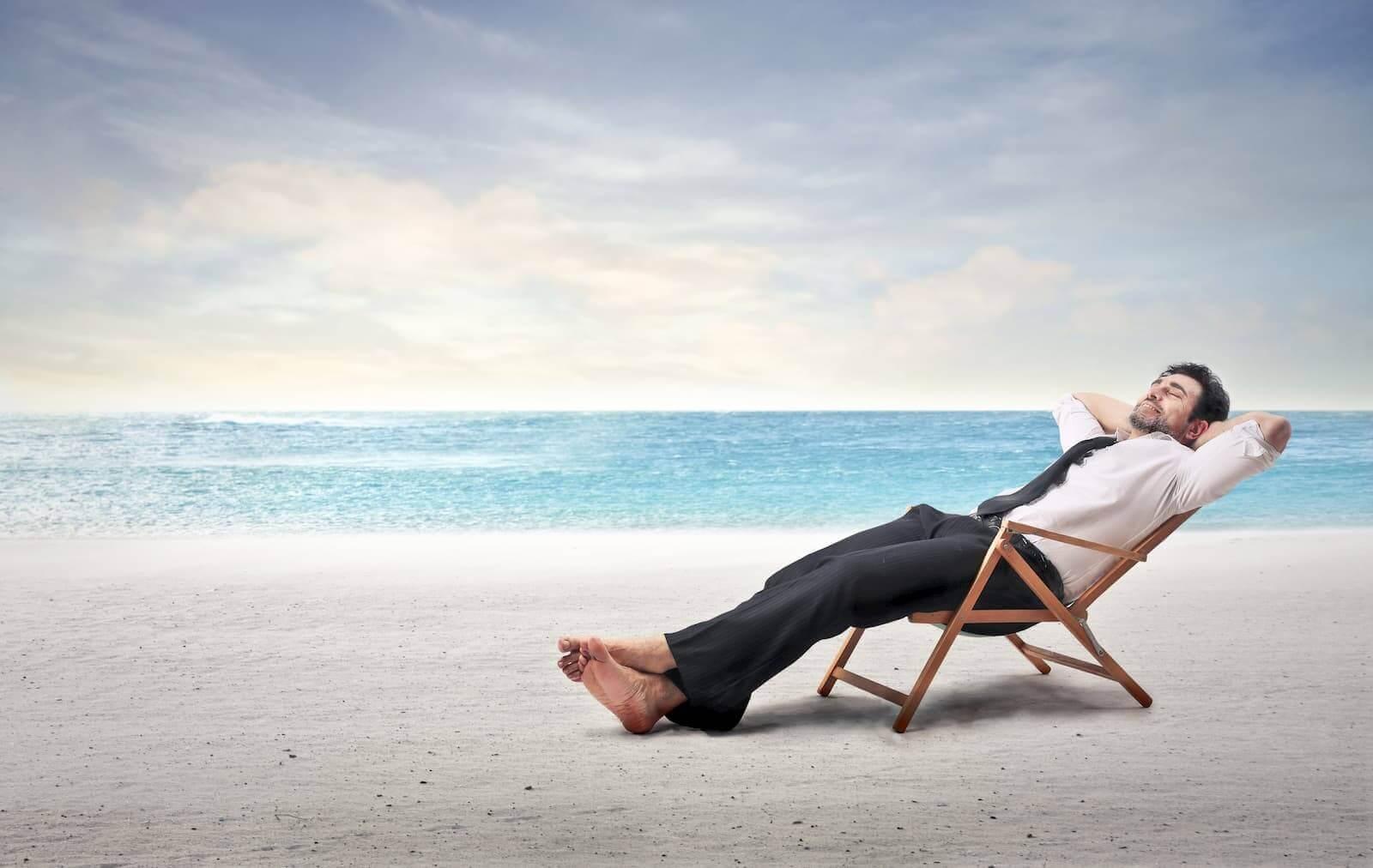 der gewinner bei sandstrandseo kann sich am strand ausruhen